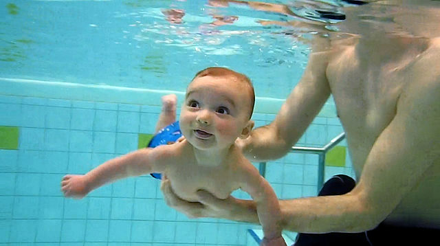 640px-Baby_diving