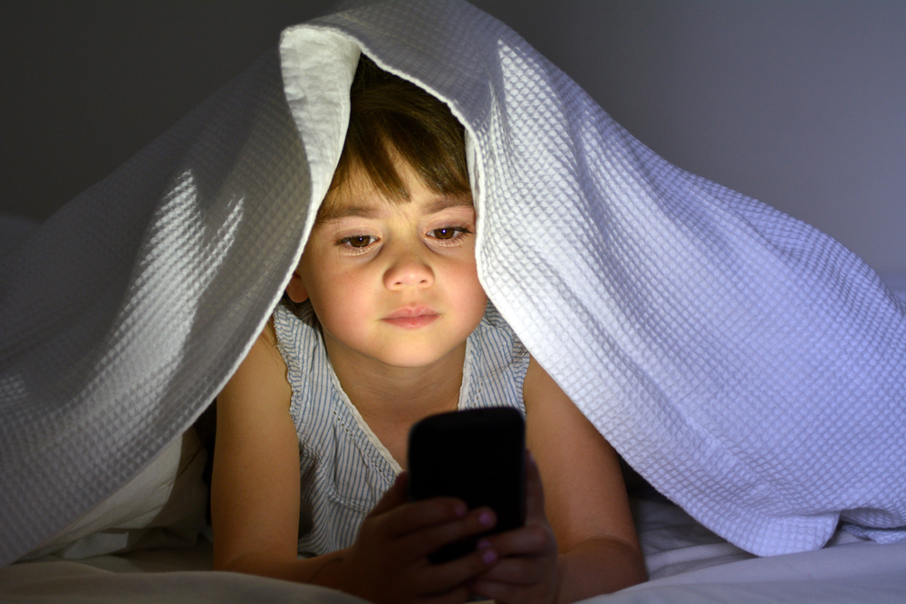There's a correlation between toddler screen time and the amount of sleep they get.