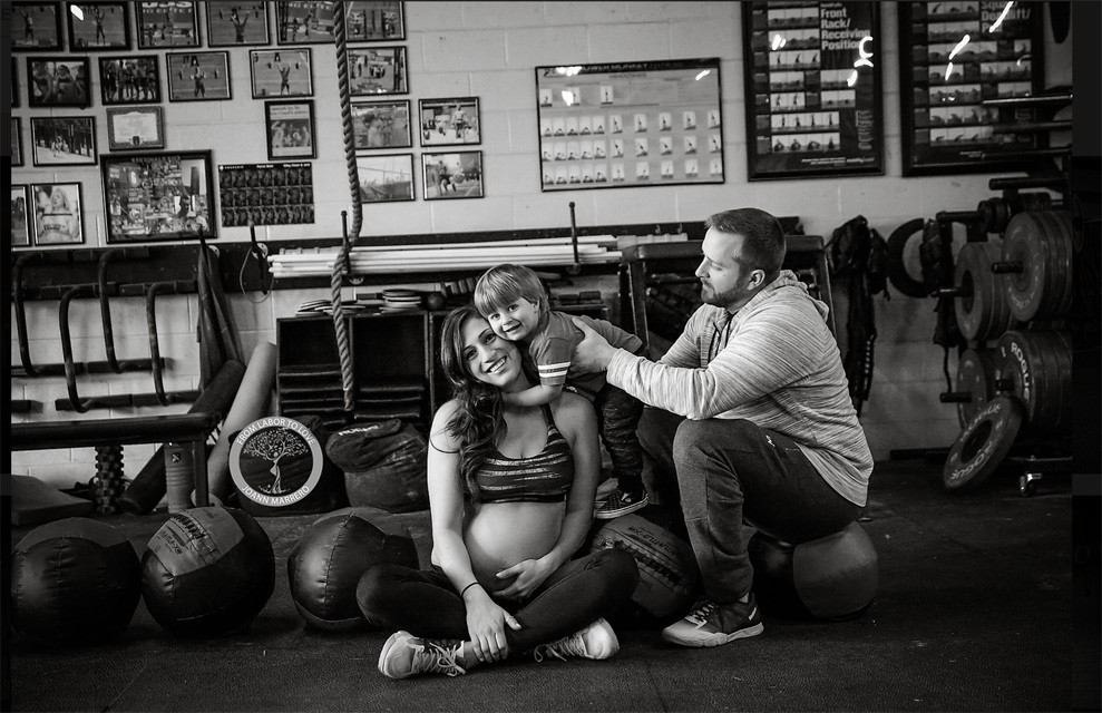 A pregnant mama uses crossfit to stay healthy in pregnancy
